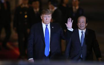 Trump, a su llegada este martes al Aeropuerto Internacional de Hanói.