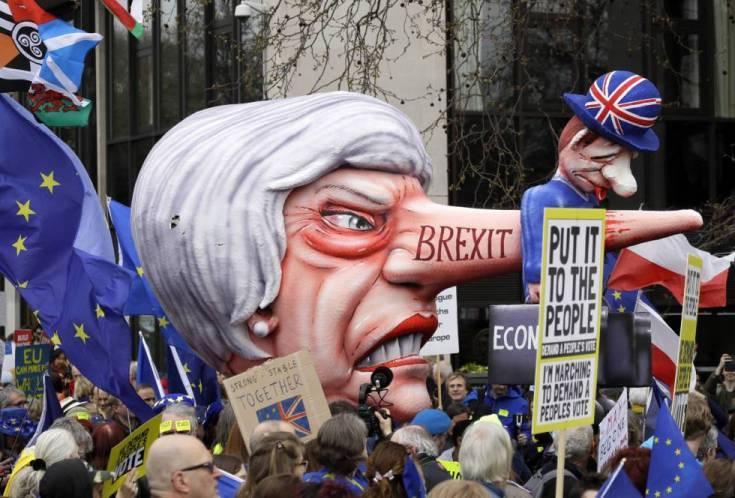 una efigie satírica de la primera ministra británica, Theresa May, circula entre los concentrados en Londres.