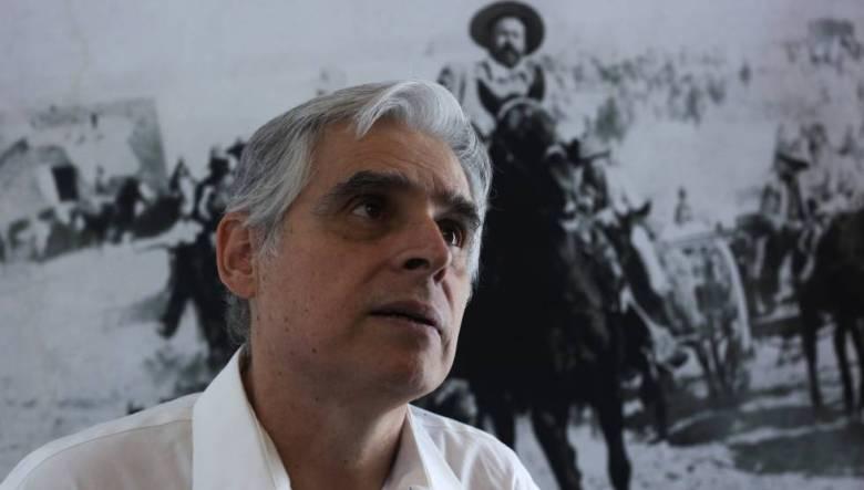 Rafael Barajas, frente a una fotografía de Pancho Villa.