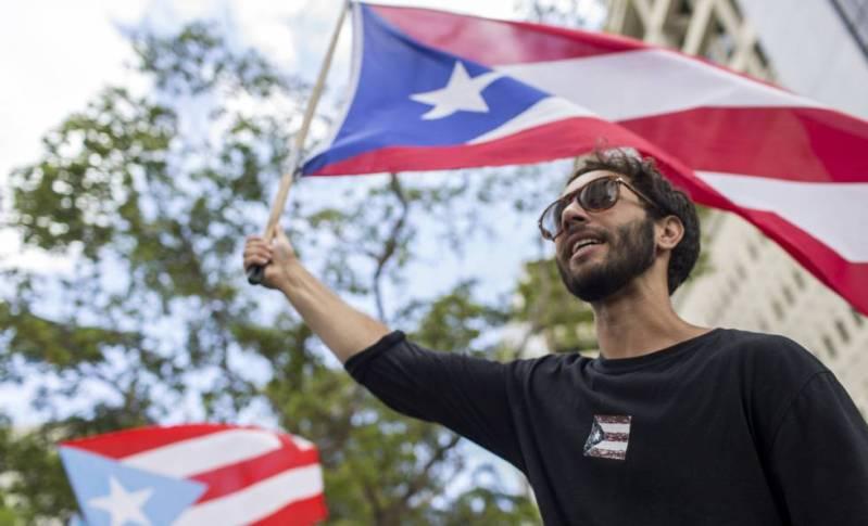 Un manifestante porta una bandera puertorriqueña, la semana pasada, en San Juan.