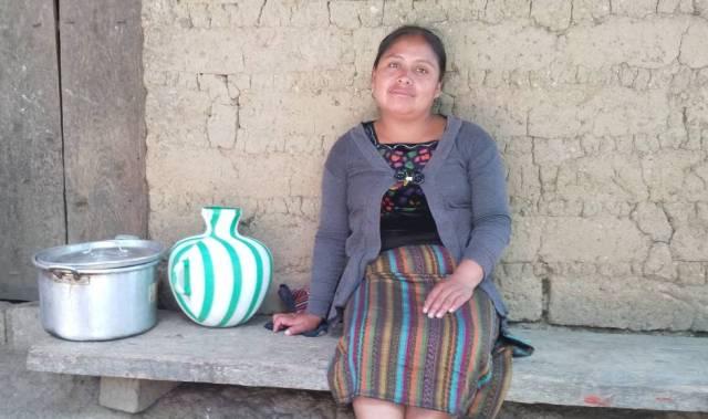 Alicia Pérez, frente a su casa en Huehuetenango.