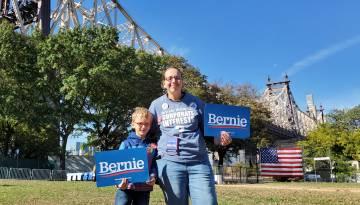 Sarah Headtman con su hijo en el mitin