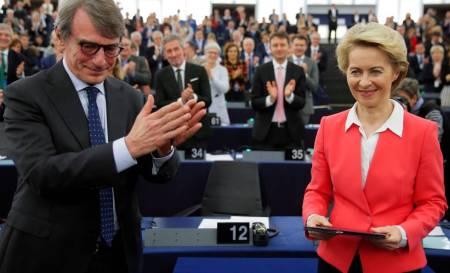 David Sassoli aplaude a Ursula von der Leyen, este miércoles en el Parlamento Europeo.