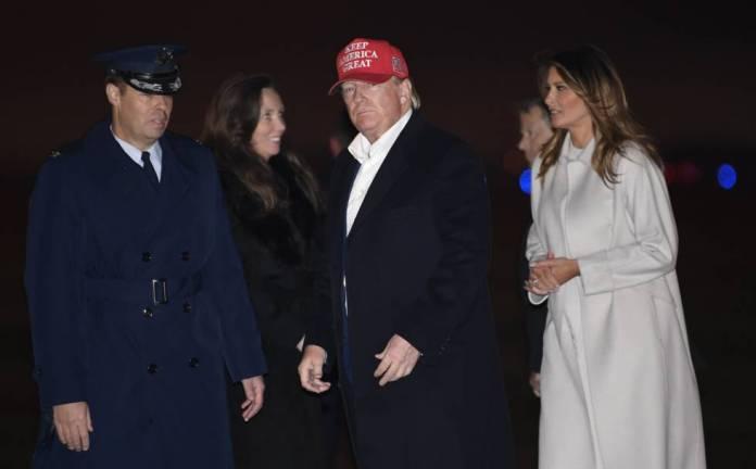 Donald Trump, junto a su esposa, Melania, este domingo a su llegada a la base de Saint Andrews.
