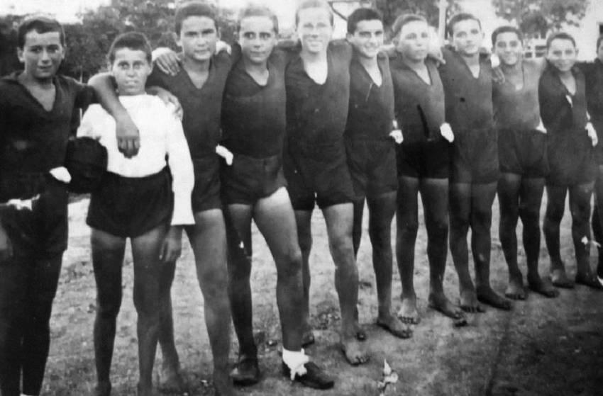 Ruperto Sagasti, primero por la izquierda, junto a otros niños de la guerra en Odessa en 1937.