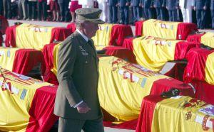 El rey Juan Carlos, durante el funeral celebrado en la base aérea de Torrejón por los 62 militares españoles en el accidente del Yak-42.