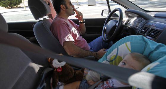 Un conductor, junto a su hijo