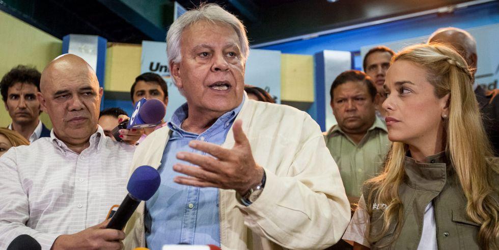Felipe González, junto a la opositora venezolana Lilian Tintori en su visita a Caracas en junio.