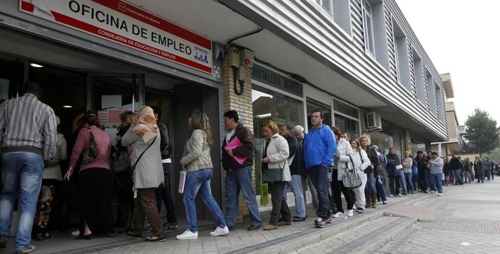 Decenas de personas, ante una oficina de empleo en Vallecas.