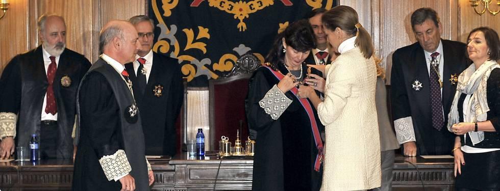 María Dolores Cospedal impone la Gran Cruz de la Orden de San Raimundo de Peñafort a Concepción Espejel en febrero de 2014.
