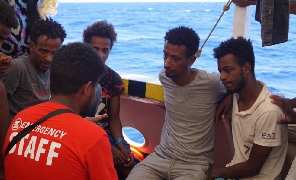 Algunos de los rescatados por el 'Open Arms' reciben asistencia psicológica.rn rn rn