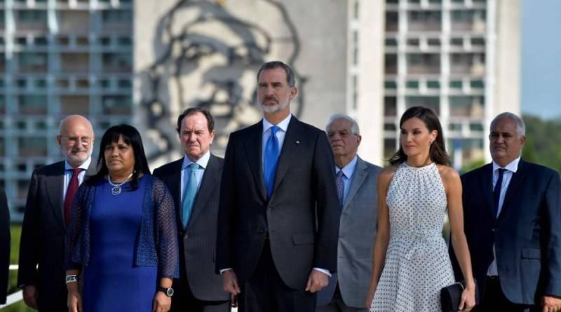 Los Reyes de España en su visita a Cuba junto al Che y cerca de Martí