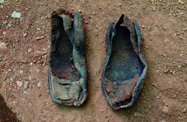 Abarcas halladas en la exhumación de una fosa común en Fontanosas (Ciudad Real), en 2006.