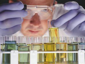 Un científico experimenta en un laboratorio. / R. MCVAY (REUTERS)