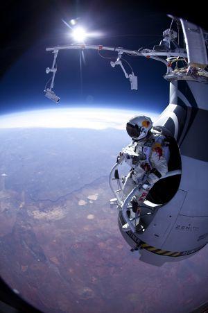 """Felix Baumgartner bate la barrera del sonido. Red Bull Stratos: Freefall"""