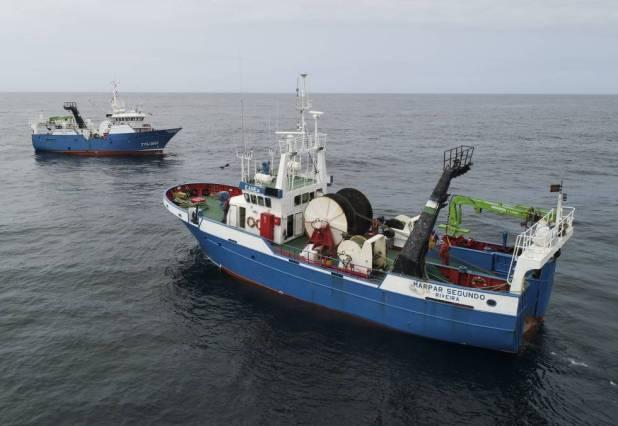 Dos de los pesqueros que colaboran con el proyecto Mares Circulares, con base en Ribeira (A Coruña).