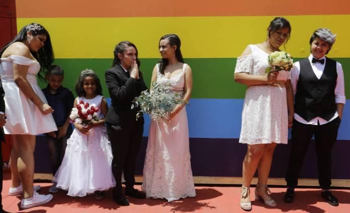 Parejas homosexuales esperan para casarse en São Paulo en diciembre.