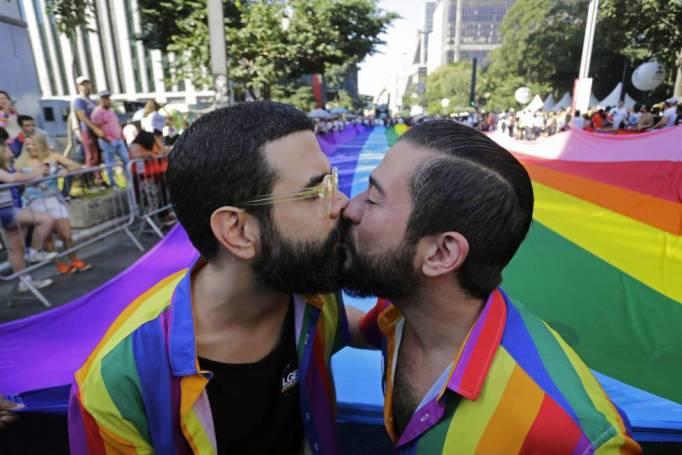Una pareja se besa en el Orgullo gay de este domingo en São Paulo.