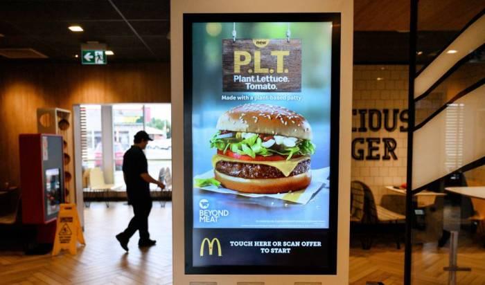 Un cartel anuncia una hamburguesa vegetariana en un establecimiento en Canadá.
