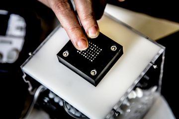 Detalle del dispositivo desarrollado por la Universidad de Michigan. Las burbujas son infladas por un sistema neumático. (Cortesía de los investigadores)