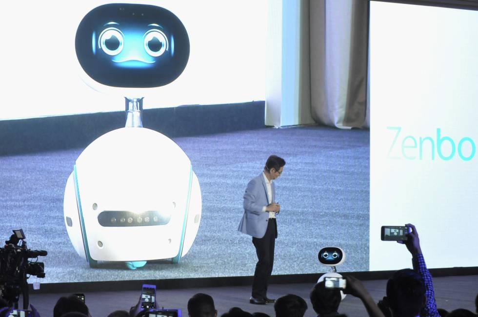Jonney Shih habla con Zenbo, el nuevo robot de Asus.