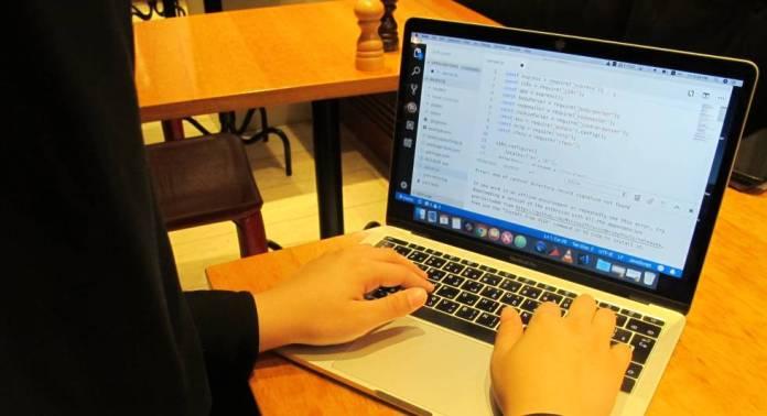Nora Alnashwan programando en su ordenador.