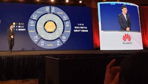 El jefe de Estrategia de Huawei, Shao Yang, presenta su visión del móvil como nudo central de todos los dispositivos.