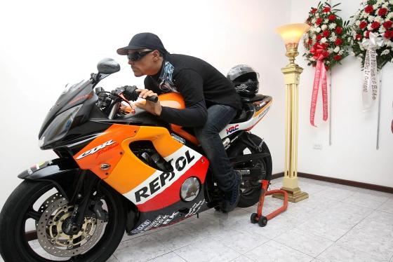 O trabalho mais complexo para a Funerária Marín: David Morales, em sua Honda 600.