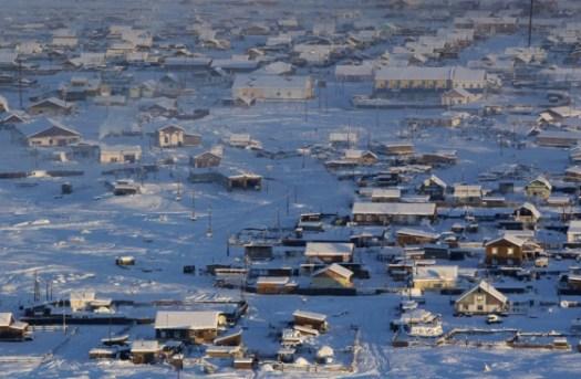 """Visão geral do vale de Oymyakon, na República de Sakha ou Iacútia. O nome da cidade significa """"água líquida, ou água que não congela"""", no idioma iacuto."""