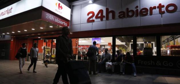 La entrada del Carrefour de Lavapiés, una noche de esta semana. Kike Para