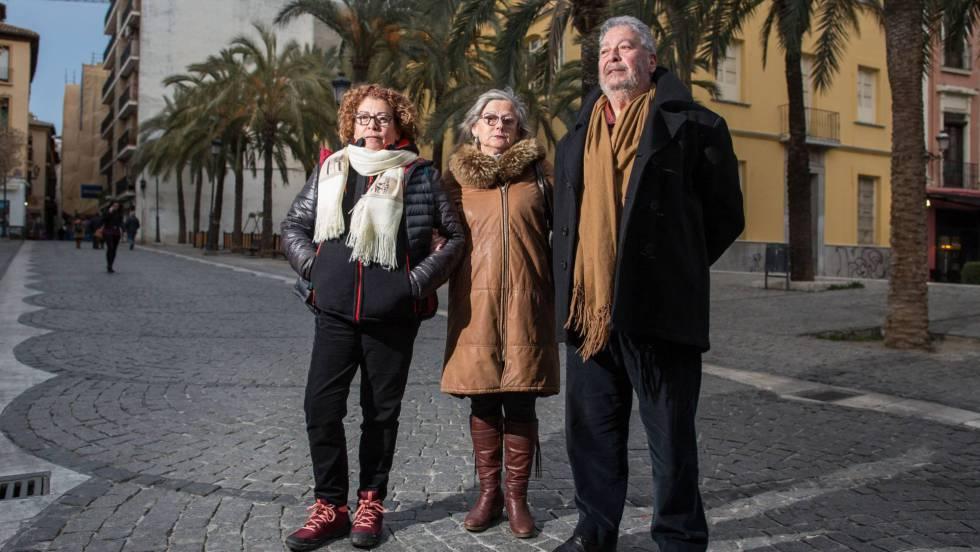 Dos de los hermanos de Arturo Ruiz, asesinado en 1977: Blanca, a la izquierda, y Eduardo, con la mujer de éste, Josefa Riera, el jueves en Granada. PEPE MARÍN QUALITY