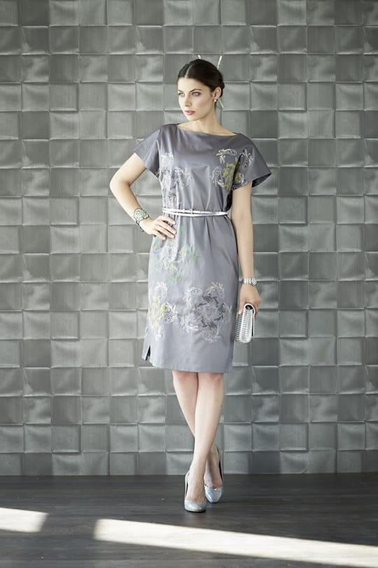 Шелковое платье с вышивкой цветами и браслет