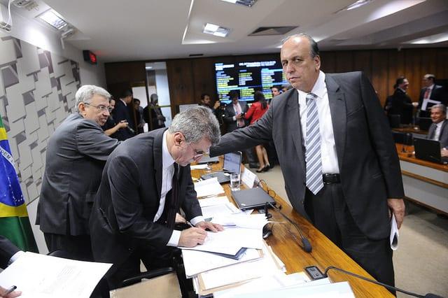 Governador Pezão cumprimenta senadores pela aprovação do projeto que permitirá ao Rio negociar operação de US$ 980 milhões
