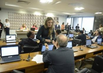 Senadora Vanessa Grazziotin (PCdoB-AM) conversa com senador Armando Monteiro (PTB-PE).Foto: Jefferson Rudy/Agência Senado