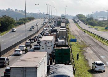 Paralisação dos caminhoneiros na Rodovia Presidente Dutra, no Rio de Janeiro. Tânia Rêgo/Agência Brasil