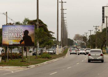 Placa de campanha de investimento na Bacia de Campos fixada na Rodovia Amaral Peixoto, no Cavaleiros. Macaé/RJ. Data: 10/08/2017. Foto: Rui Porto Filho