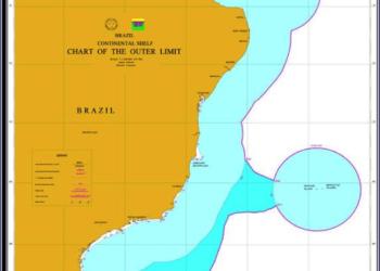 A área oceânica de 953.525 km2, referente à Plataforma Continental Estendida além das 200 M (azul mais forte), foi reivindicada pelo Governo Brasileiro no Addendum de 2006 (BRASIL, 2006) à Comissão de Limites da Plataforma Continental (CLPC) da ONU, nos termos do Artigo 76 da Parte VI e do Anexo II da Convenção das Nações Unidas sobre o Direito do Mar (CNUDM). A área oceânica colorida em tons de azul representa a chamada Amazônia Azul. Mapa produzido pelo LEPLAC para o Addendum de 2006 (BRASIL, 2006).