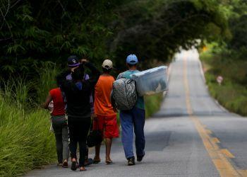 Grupo de imigrantes venezuelanos percorre a pé o trecho de 215 km entre as cidades de Pacaraima e Boa Vista. Marcelo Camargo/Agência Brasil/Agência Brasil