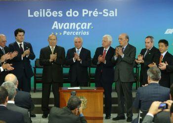 Brasília - O presidente Michel Temer participa da cerimônia de assinatura de contratos de novas áreas de exploração do pré-sal, no Palácio do Planalto (Valter Campanato/Agência Brasil)