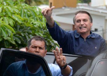 O presidente eleito, Jair Bolsonaro cumprimenta apoiadores em frente à sua casa, na Barra da Tijuca, zona oeste da capital fluminense.
