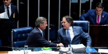 Os senadores  Fernando Collor (PTC-AL) e Eunício Oliveira (MDB-CE) na mesa diretora do Senado. Foto: Marcos Oliveira/Agência Senado