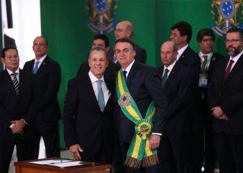 O presidente Jair Bolsonaro empossa o ministro de Minas e Energia, almirante Bento Costa Lima de Albuquerque, durante cerimônia de nomeação dos ministros de Estado, no Palácio do Planalto. Foto: Valter Campanato/Agência Brasil
