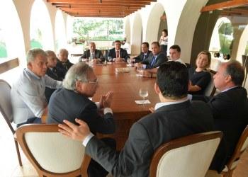 Presidente do Senado Federal, senador Davi Alcolumbre (DEM-AP), recebe o ministro da Economia, Paulo Guedes.   Participam:  senador Chico Rodrigues (DEM-RR);  senador Eduardo Gomes (MDB-TO);  senador Elmano Férrer (Pode-PI);  senador Fernando Bezerra Coelho (MDB-PE);  senador Flávio Bolsonaro (PSL-RJ);  senador Izalci (PSDB-DF);  senador Marcio Bittar (MDB-AC);  senador Sérgio Petecão (PSD-AC).  Foto: Marcos Brandão/Senado Federal