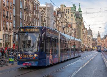 Naast de Sky Radio kerst tram rijdt er in 2018 ook nog een Netflix kersttram in Amsterdam. Dit is de 2100, die op het Damrak net de (2058) Skyradio tram is gepasseerd (zie in de verte nabij CS)