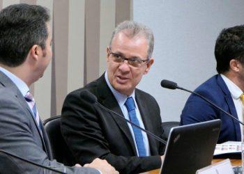 As comissões de Serviços de Infraestrutura (CI) e de Desenvolvimento Regional e Turismo (CDR) realizam audiência pública conjunta com o ministro de Minas e Energia para expor assuntos de relevância da pasta.rrMesa:rpresidenta da CI, senador Marcos Rogério (DEM-RO);rministro de Estado de Minas e Energia, Bento Albuquerque;rsecretário executivo adjunto do Ministério de Minas e Energia, Bruno Eustáquio de Carvalho.rrFoto: Roque de Sá/Agência Senado