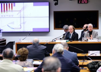 """Seminário """"Medidas de mitigação e adaptação às mudanças climáticas."""". Dep. Rodrigo Agostinho (PSB-SP) e Professor da UFRJ, Roberto Schaeffer. Foto: Michel Jesus/ Câmara dos Deputados"""