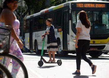 A atuária Samara Alce se locomove de patinete elétrico no centro do Rio de Janeiro. Foto: Arquivo/Agência Brasil