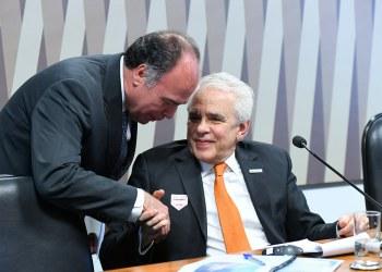Comissão de Serviços de Infraestrutura (CI) realiza audiência pública interativa para discutir a privatização das refinarias e das fábricas de fertilizantes contidas no plano de desinvestimento da Petrobras, a venda para a iniciativa privada da malha dutoviária conhecida como NTS no Sul/Sudeste e TAG no Norte/Nordeste, bem como os investimentos da Petrobras nas regiões brasileiras. rrSenador Fernando Bezerra Coelho (MDB-PE) cumprimenta o presidente da Petrobras, Roberto Castello Branco.rrFoto: Jane de Araújo/Agência Senado