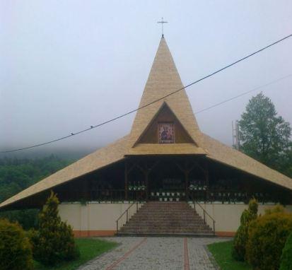 Dach na drewnianym kościele