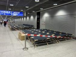 Frankfurtin kentälle oli pystytetty tällaisia sänkyjä useampi sata.. Mene ja tiedä miksi?